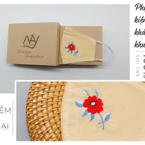 Khẩu trang thêu tay hoa đỏ Mây Handmade màu be 1