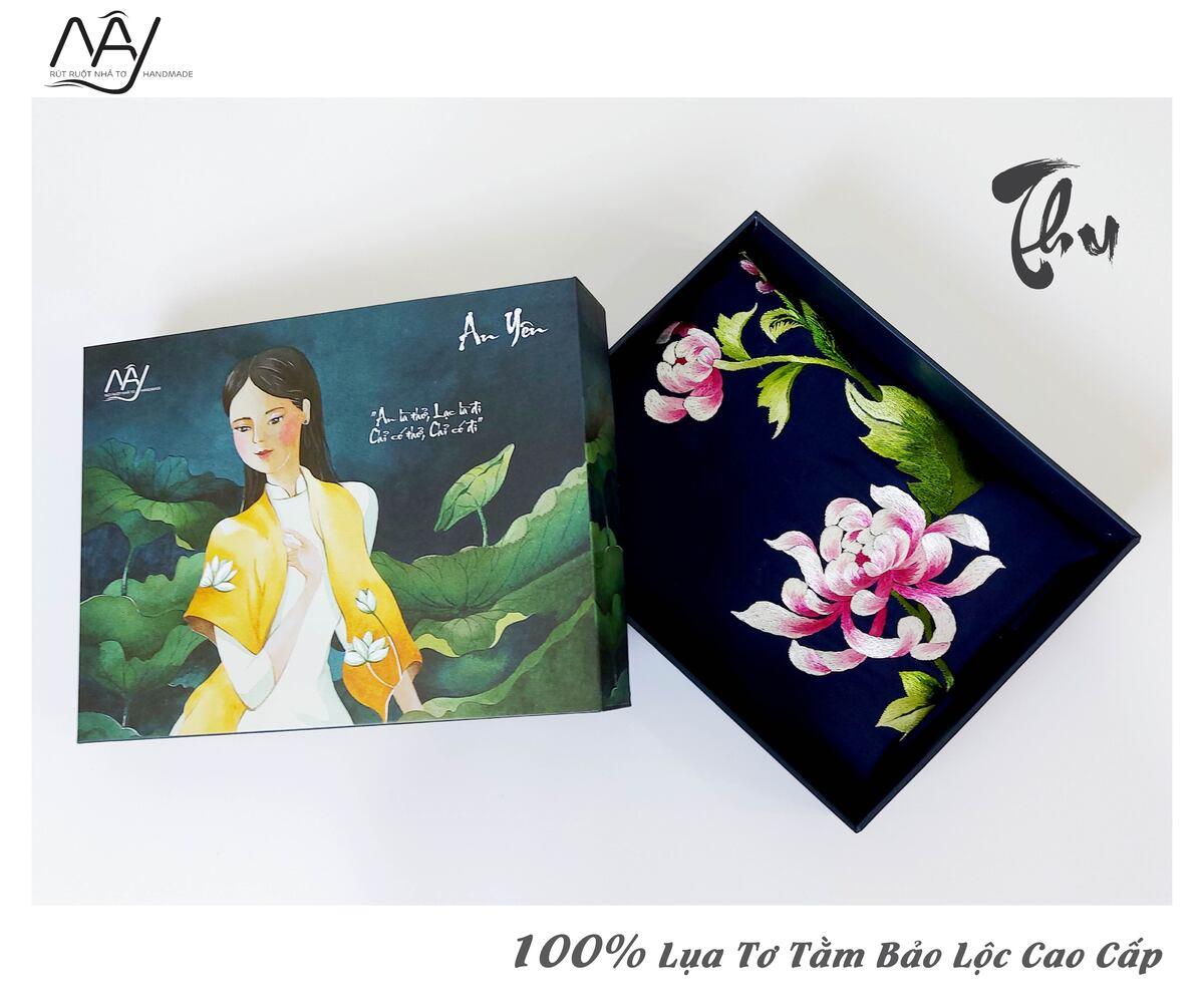 khăn lụa cao cấp thêu tay hoa cúc màu navy 1