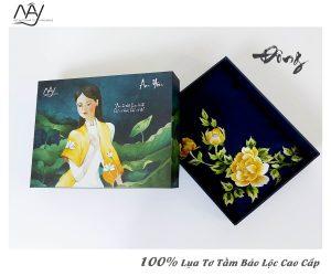 khăn lụa cao cấp thêu tay hoa mẫu đơn màu navy 1
