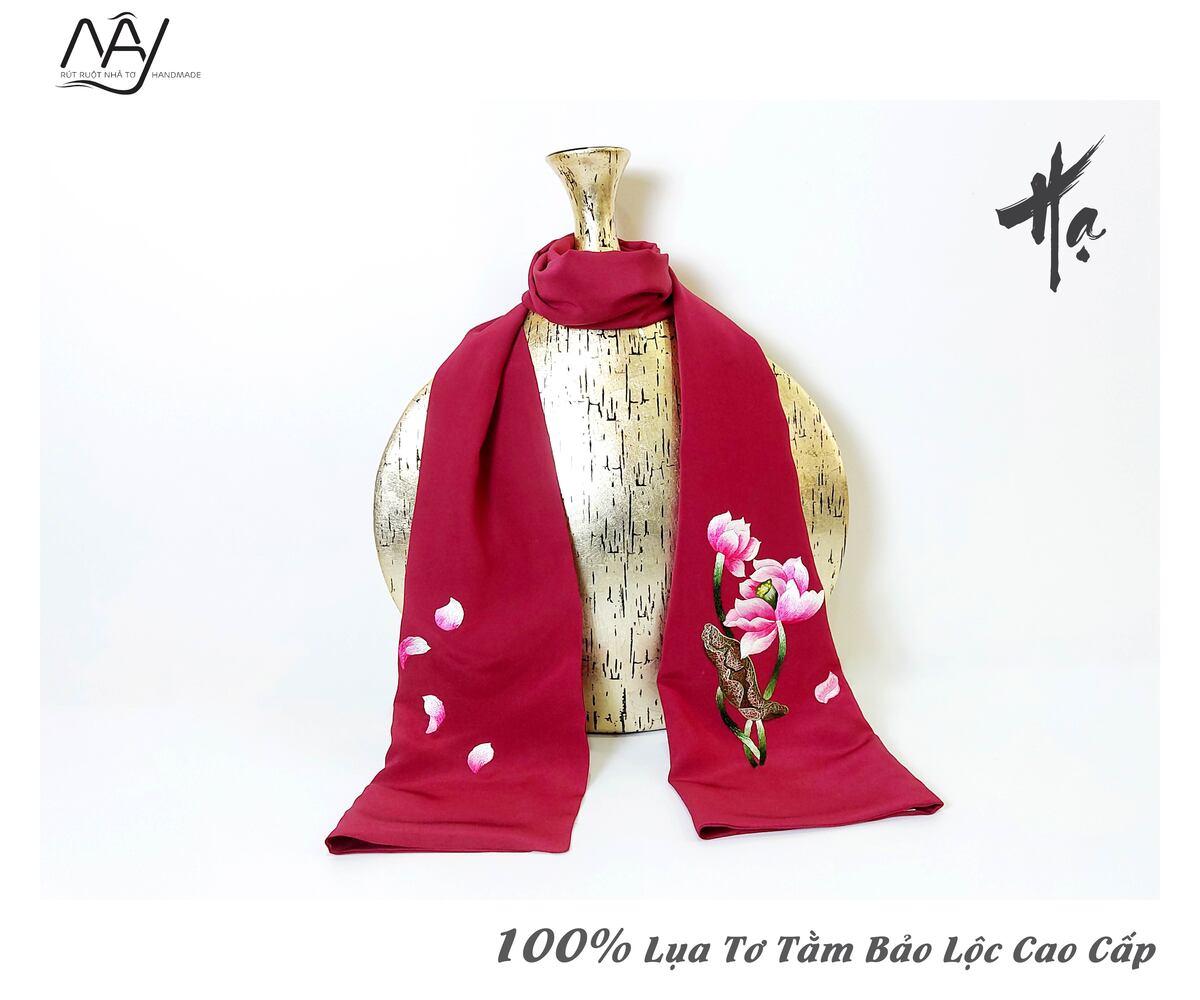 khăn lụa cao cấp thêu tay hoa sen màu đỏ 3