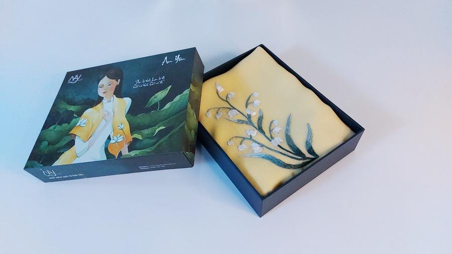 khăn lụa thêu tay hoa linh lan vàng 3