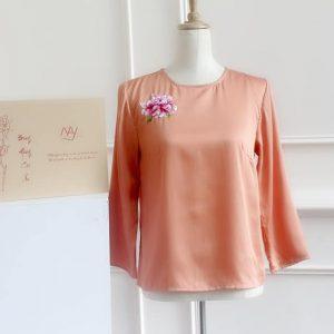 áo thêu tay hoa cúc màu cam hồng 1