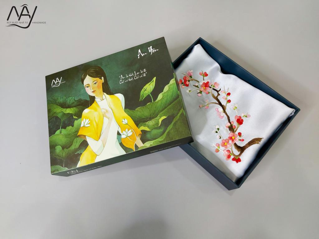 khăn lụa tơ tằm thêu tay hoa đào màu xanh 1