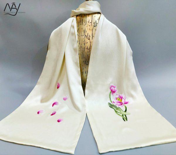 khăn lụa tơ tằm thêu tay hoa sen màu be 1