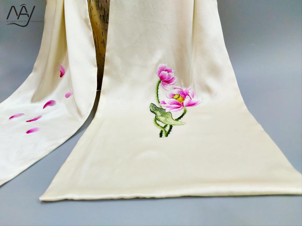 khăn lụa tơ tằm thêu tay hoa sen màu be 3
