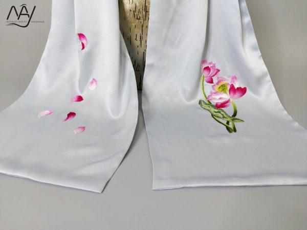 khăn lụa tơ tằm thêu tay hoa sen màu xanh 3